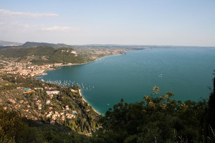 panoramica-del-golfo-di-Garda-e-della-costa-orientale-del-lago-di-Garda.jpg